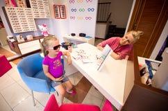 Jong meisje bij optometrist Stock Afbeeldingen
