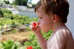 Jong meisje bij poolside Stock Fotografie