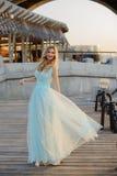Jong meisje bij rivierbank in de stad Royalty-vrije Stock Afbeeldingen