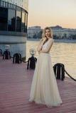 Jong meisje bij rivierbank in de stad Royalty-vrije Stock Foto