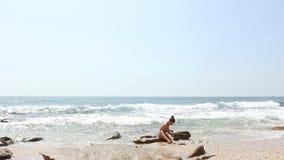 Jong meisje bij strand stock videobeelden