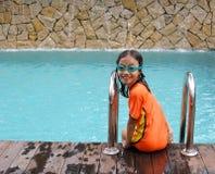 Jong meisje bij zwembad Stock Foto's