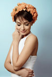 Jong meisje in bloemkroon Stock Afbeeldingen
