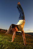 Jong Meisje Cartwheel Stock Foto's