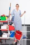 Jong Meisje Cleaning The Floor royalty-vrije stock afbeelding
