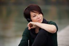 Jong meisje dat aan de muziek luistert Stock Afbeelding