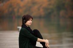 Jong meisje dat aan de muziek luistert Royalty-vrije Stock Afbeelding