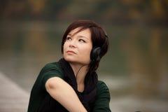 Jong meisje dat aan de muziek luistert Stock Afbeeldingen