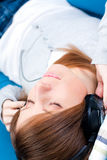 Jong meisje dat aan muziek luistert. Gesloten ogen Royalty-vrije Stock Afbeelding