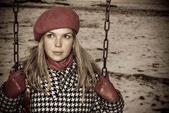Jong meisje dat alleen slingert royalty-vrije stock fotografie