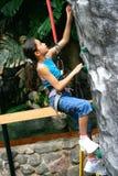 Jong meisje dat bergbeklimming doet royalty-vrije stock fotografie