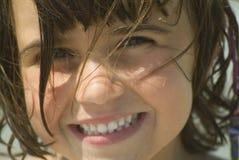 Jong meisje dat bij de camera glimlacht Royalty-vrije Stock Fotografie
