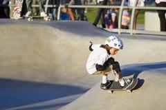 Jong Meisje dat bij het Park van het Skateboard presteert stock afbeeldingen