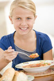 Jong meisje dat binnen soep eet stock afbeeldingen