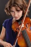 Jong meisje dat de viool speelt royalty-vrije stock foto's