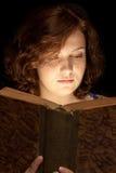 Jong Meisje dat een boek leest Stock Afbeeldingen