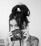 Jong meisje dat een camera houdt stock afbeelding