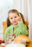 Jong meisje dat een ei eet royalty-vrije stock afbeeldingen