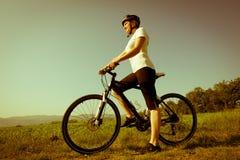 Jong meisje dat een fiets berijdt Stock Afbeelding