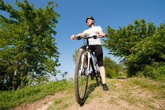 Jong meisje dat een fiets berijdt op een gebiedsweg royalty-vrije stock afbeeldingen