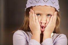 Jong meisje dat een grappig gezicht maakt Royalty-vrije Stock Afbeeldingen