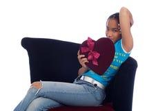 Jong meisje dat een hart houdt Stock Foto's