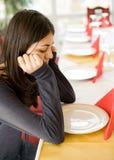 Jong meisje dat in een restaurant wacht Royalty-vrije Stock Afbeeldingen