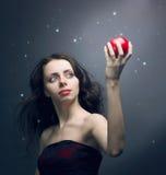 jong meisje dat een rode appel houdt royalty-vrije stock foto's