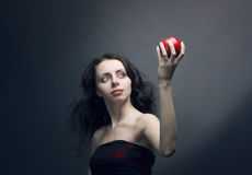 Jong meisje dat een rode appel houdt stock foto