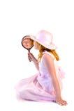 Jong meisje dat een spiegel houdt stock foto