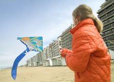 Jong meisje dat een vlieger op het strand vliegt Stock Fotografie
