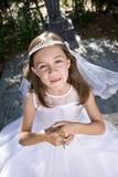 Jong meisje dat eerste kerkgemeenschapkleding draagt Stock Foto