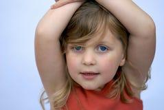 Jong meisje dat glimlacht: lichte achtergrond Royalty-vrije Stock Fotografie