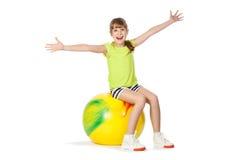 Jong meisje dat gymnastiek met bal doet royalty-vrije stock foto