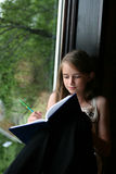 Jong meisje dat in haar dagboek schrijft Royalty-vrije Stock Foto's