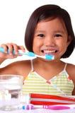 Jong meisje dat haar tanden borstelt royalty-vrije stock afbeelding