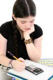 Jong Meisje dat Haar Thuiswerk doet stock afbeelding