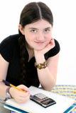 Jong Meisje dat Haar Thuiswerk doet stock fotografie