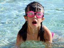Jong meisje dat in het overzees zwemt Royalty-vrije Stock Foto