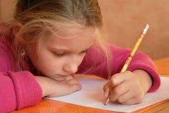 Jong meisje dat het schoolwerk doet Stock Fotografie