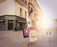 Jong meisje dat het winkelen doet stock afbeeldingen
