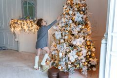 Jong Meisje dat Kerstboom verfraait Stock Fotografie