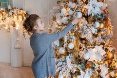 Jong Meisje dat Kerstboom verfraait Royalty-vrije Stock Afbeelding