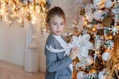 Jong Meisje dat Kerstboom verfraait Stock Afbeeldingen