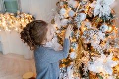 Jong Meisje dat Kerstboom verfraait Royalty-vrije Stock Fotografie