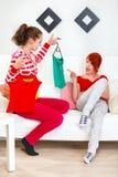 Jong meisje dat klerenmeisje helpt kiezen Royalty-vrije Stock Afbeeldingen
