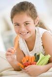Jong meisje dat kom van groenten eet stock fotografie