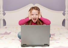 Jong meisje dat laptop met behulp van stock afbeeldingen