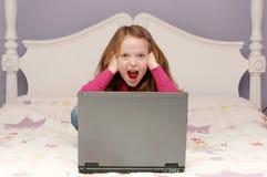 Jong meisje dat laptop met behulp van royalty-vrije stock fotografie