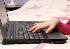 Jong meisje dat laptop met behulp van Stock Foto
